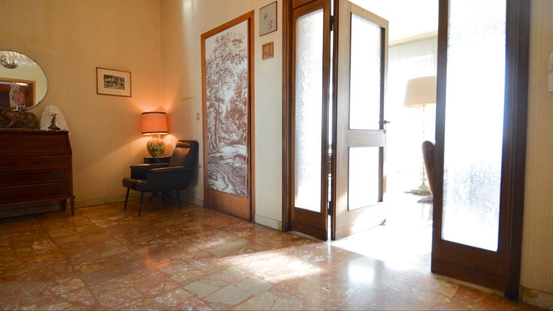 Vendita cinque locali piazza Sant'Agostino, via Olona, viale Papiniano, piano alto, terrazzo, doppio soggiorno, portineria, due ascensori, da ristrutturare, box, Milano 5