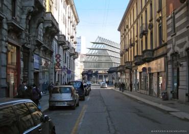 La costruzione dell'edificio della Feltrinelli visto da Paolo Sarpi (foto Comune di Milano)