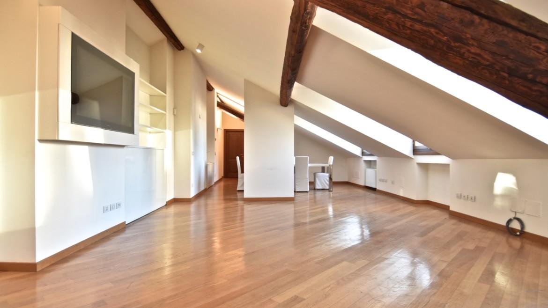 Affitto appartamento attico mansarda piazza Castello, foro Bonaparte, luminoso, ristrutturato, aria condizionata, centro storico Milano