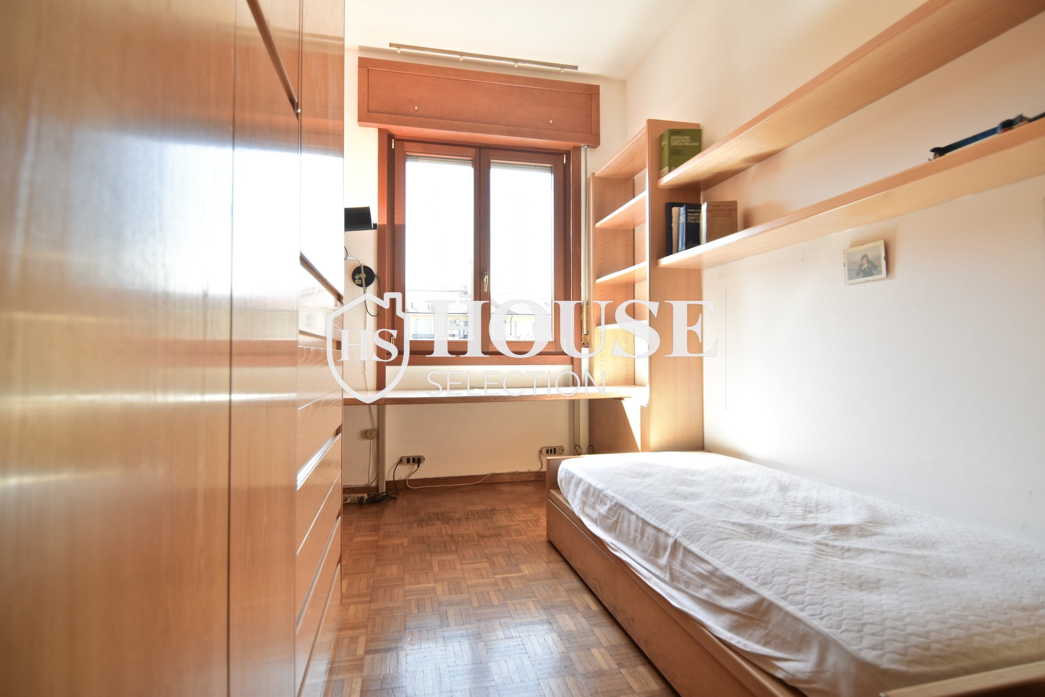 Vendita quadrilocale con balconi, piazza Bolivar, piano alto, luminoso, fermata metropolitana, Milano 5